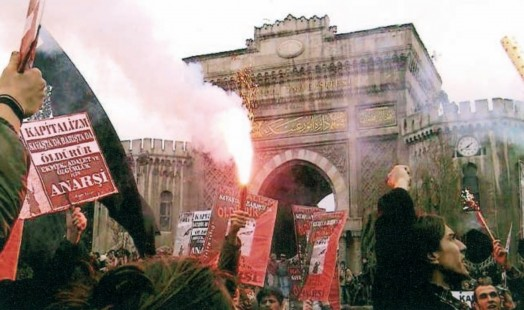 IISH Collections | Turkey | Turkish anarchists demonstrating against the war in Iraq in front of the University of Istanbul (2003)